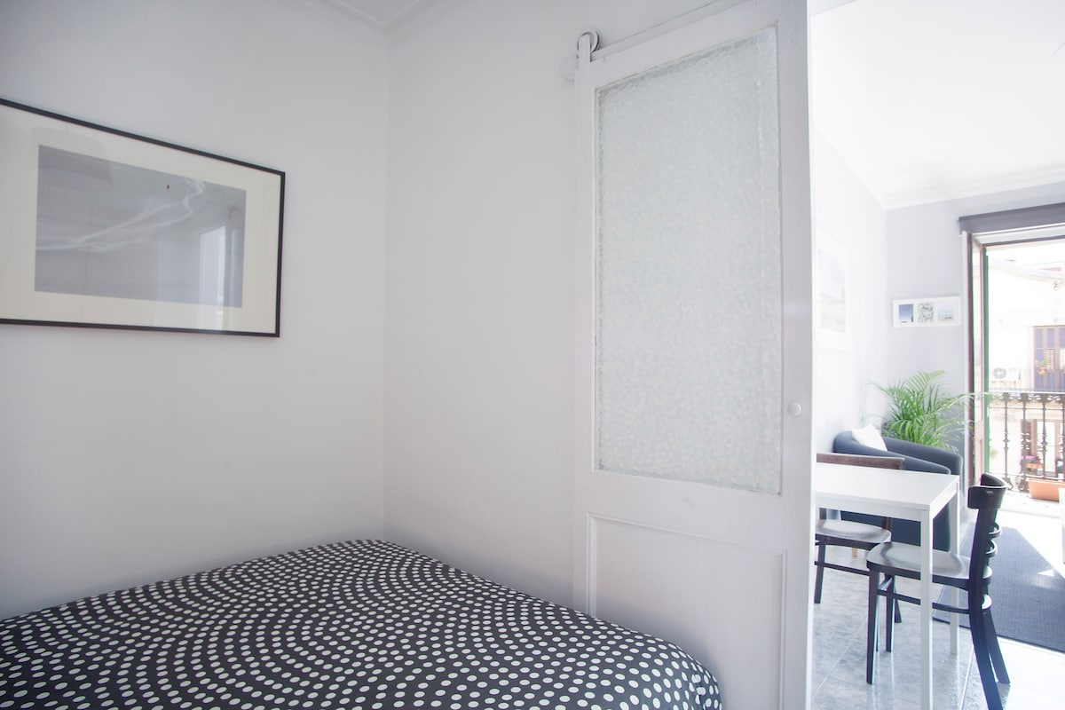 Direct access to the bedroom from the living room - Accès direct de la chambre au salon