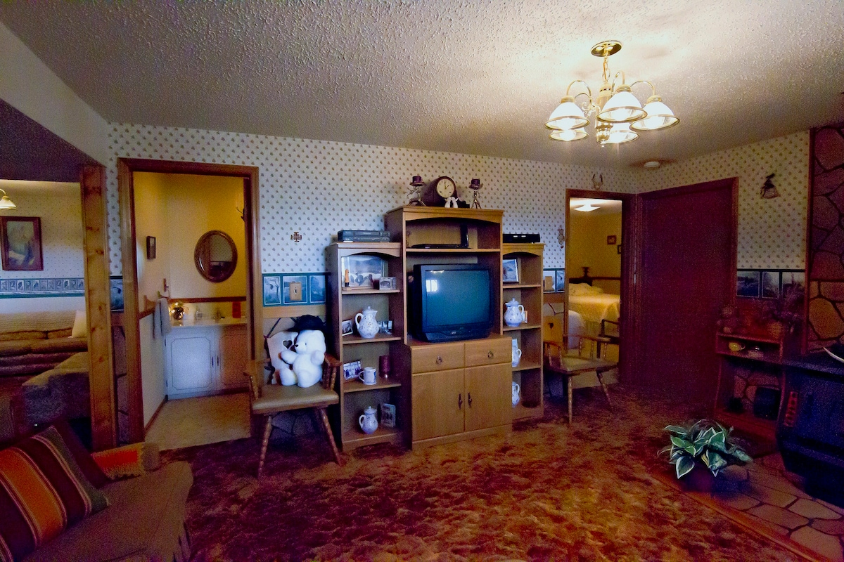 Sitting room showing main bedroom, bathroom, and lounge entryways - Yellowstone Country Suite