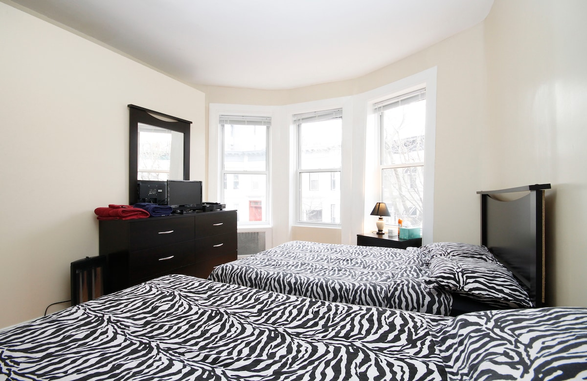 Master Room - Full size bed, Night stand lamp, Dresser/Mirror, 2 Spacious Closets, Desk/Chair, A/C, Cable/TV & Wireless Internet, Room Door W/Lock