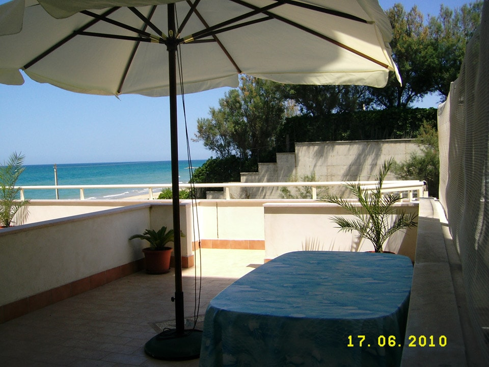 Apartment with terraceon the beach