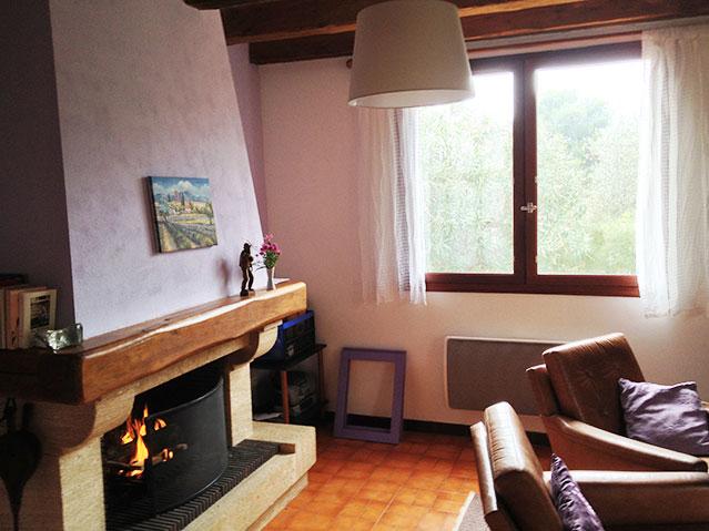 Wohnzimmmer: Blick aus seitlichem Fenster in den Garten