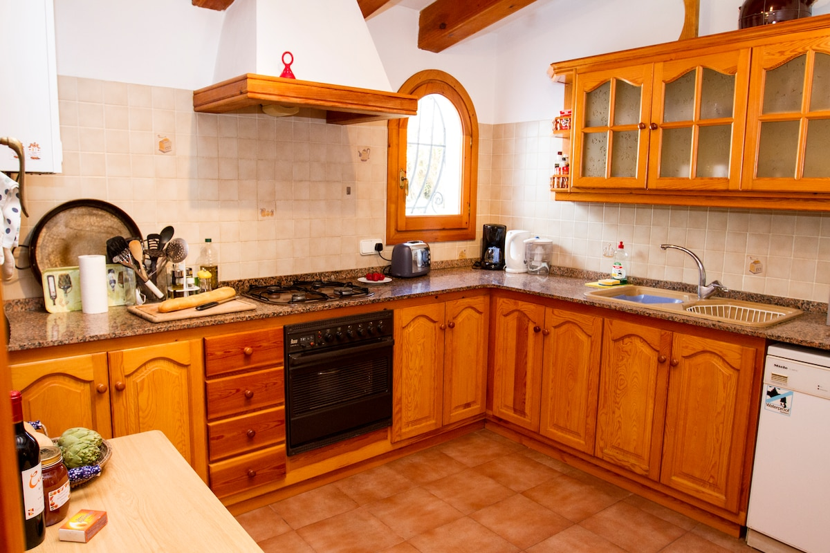 Fully equipped kitchen with a view onto the garden