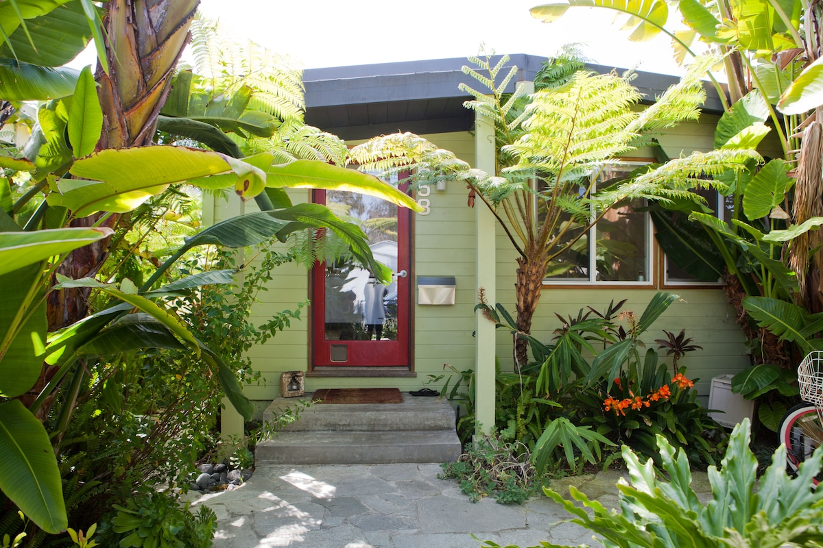 Welcome to the Zen Beach Cottage….it's small, but cozy!