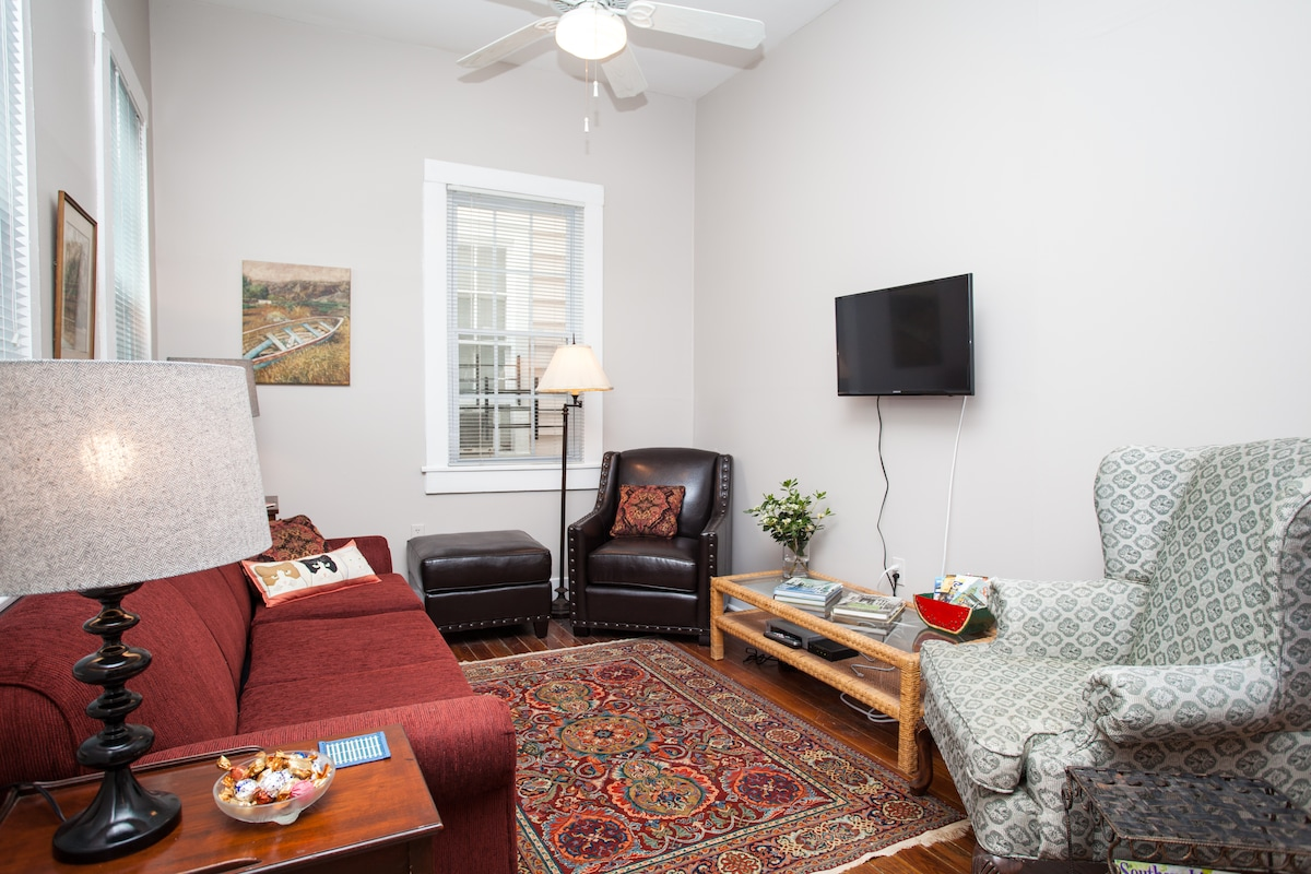 cable tv & wi fi---but you will most likely be out exploring savannah!