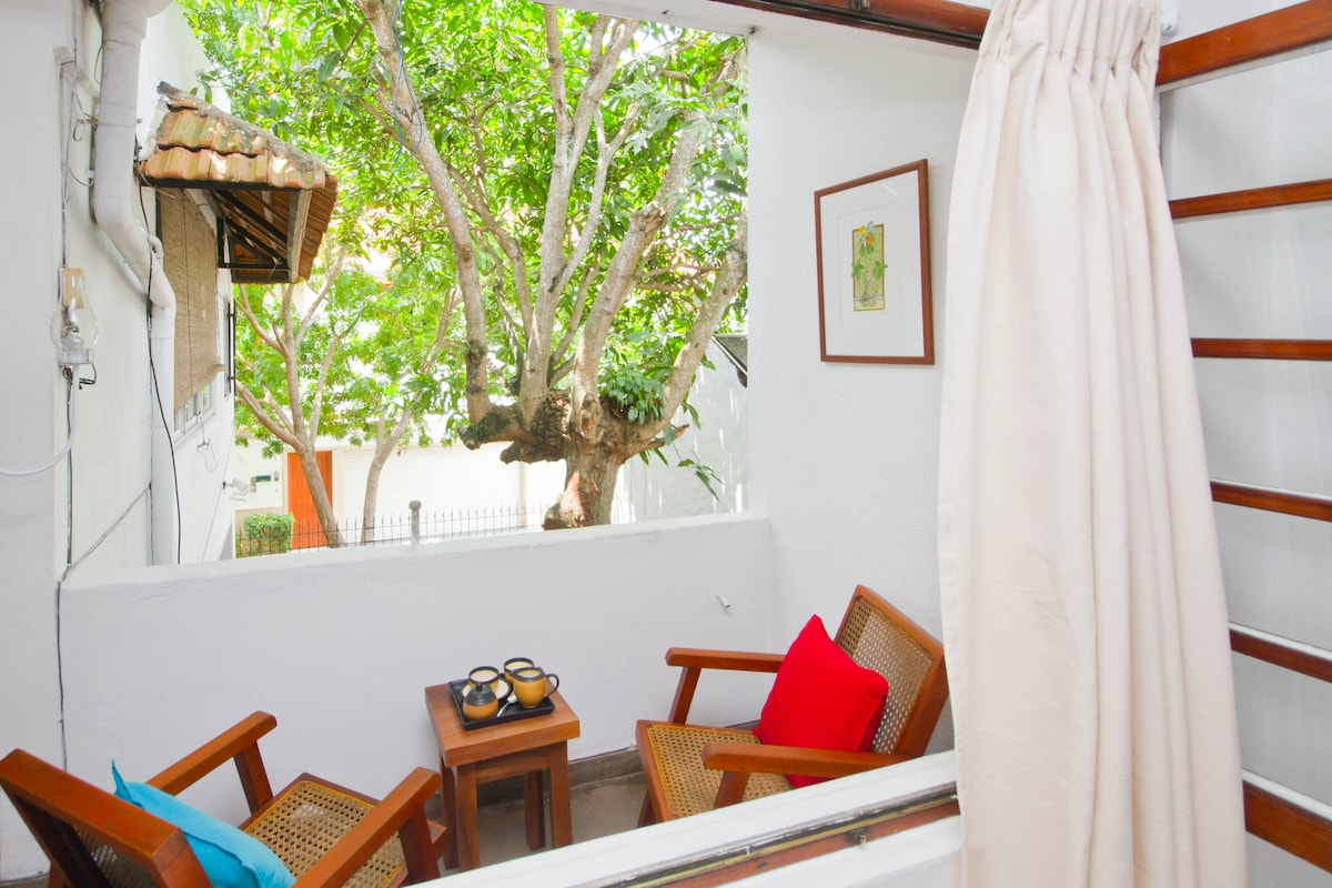 COLOMBO 7- A CHARMING WHITE ROOM