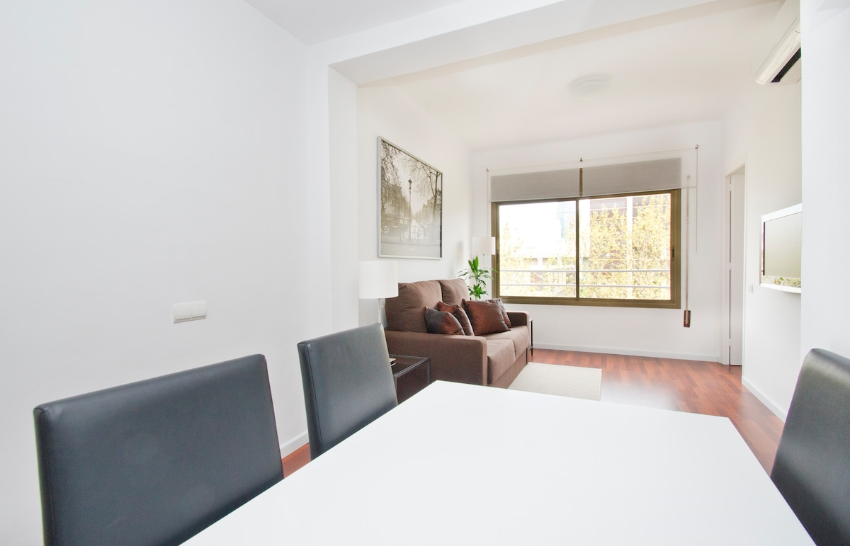 Although we are very well located in the city, there are no windows on the other side facing you. Full privacy and great views...