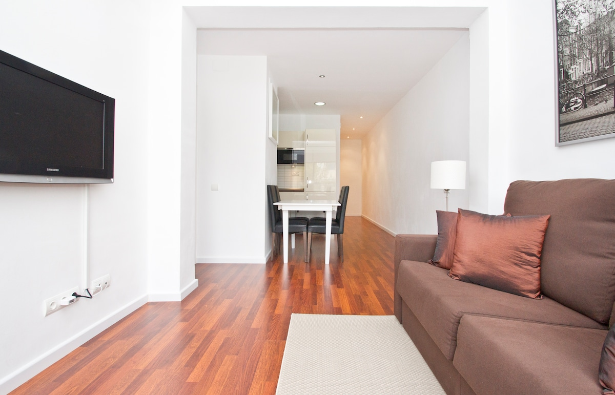 Child friendly apartment... Bright and cozy open plan living room with AC, 32¨ flat screen TV, WiFi, all modern amenities...etc