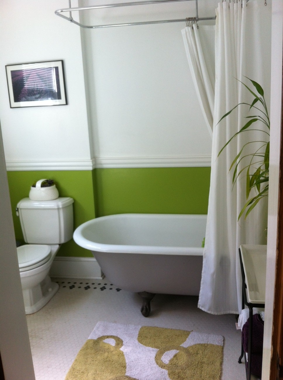 Here's the guest bathroom! Yup, it's a clawfoot tub!