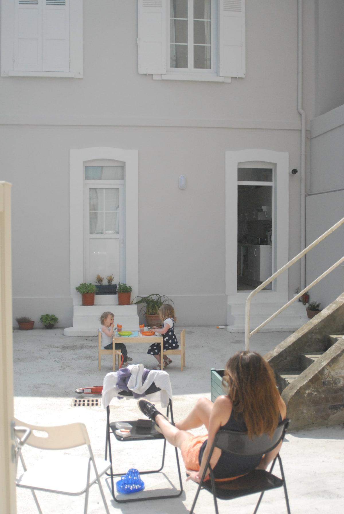 La cour privative, fleurie et ensoleillée de 50 m2.