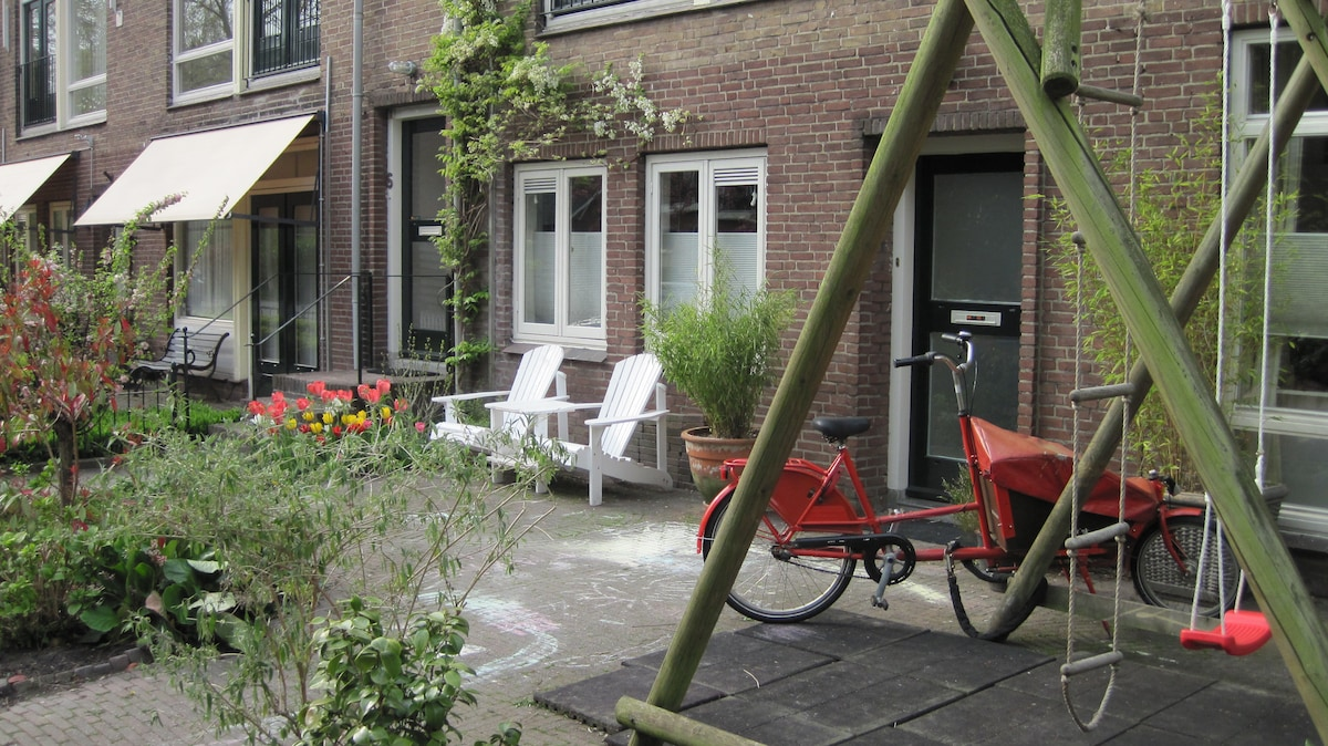 Garden in front with a swing