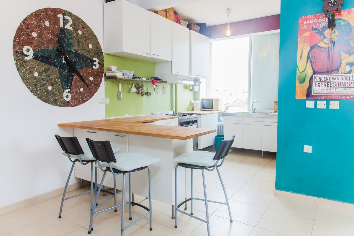 Full kitchen with peninsula seating