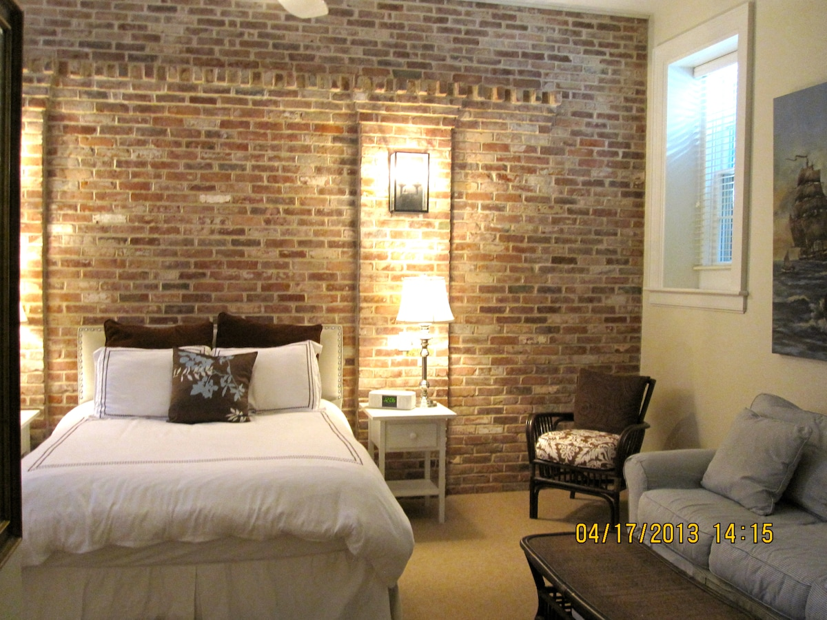 Exposed brick, bright and sunny large room