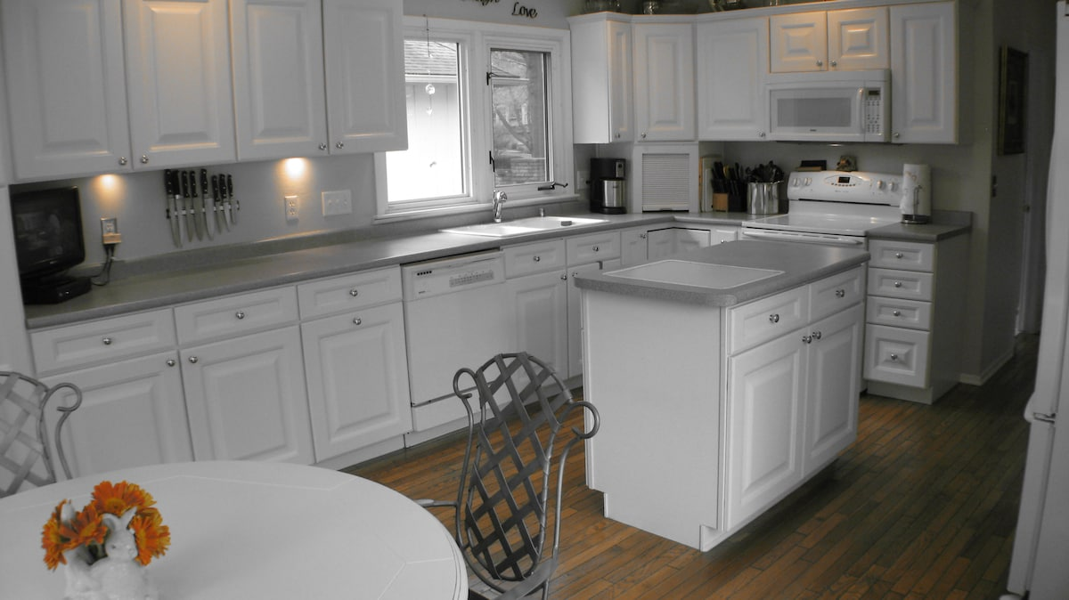 Spacious, clean, dine-in Kitchen