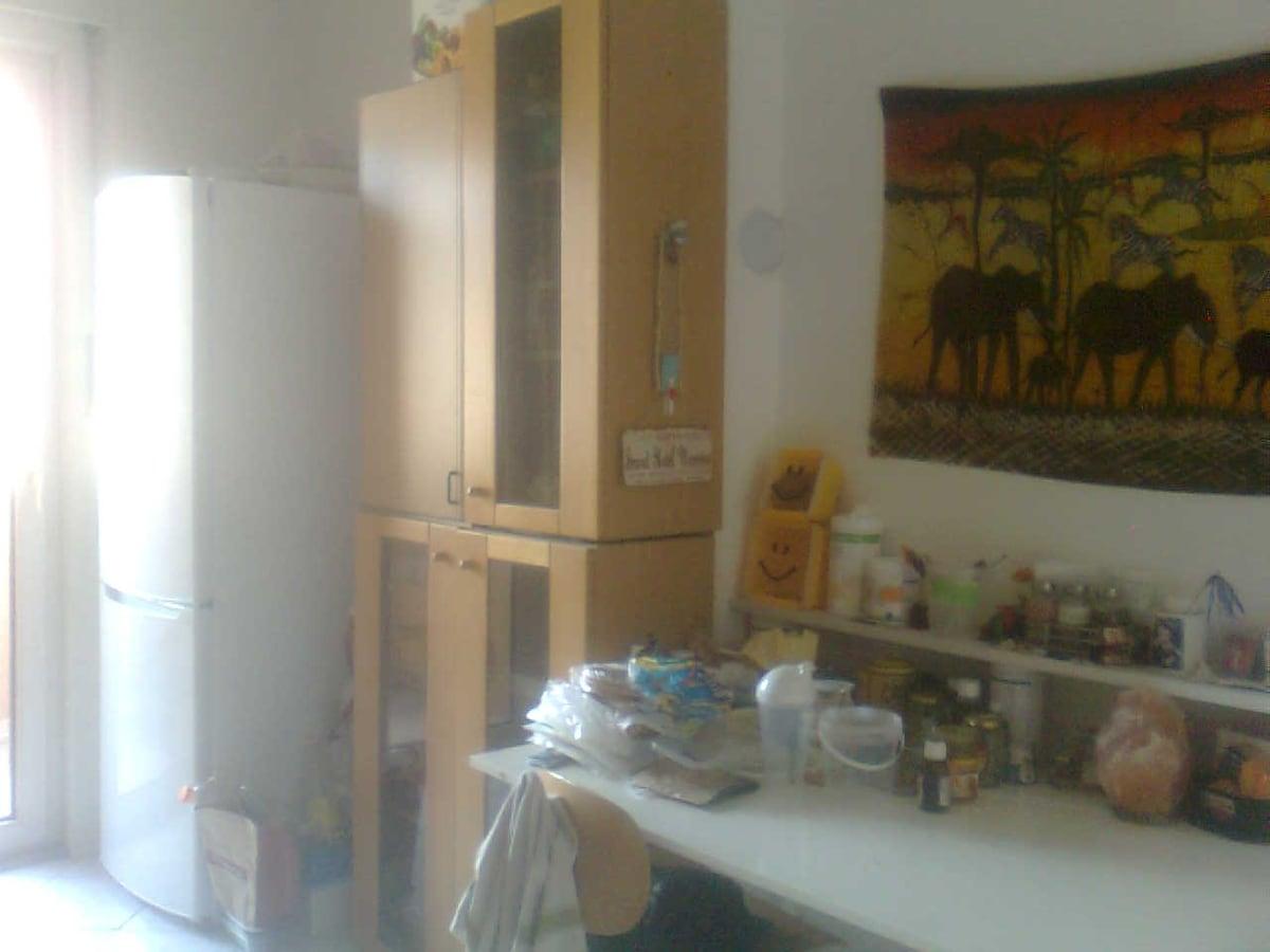 cucina con frigo grande