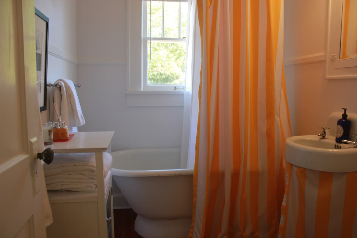 Old fashioned tub and hotel style towels.