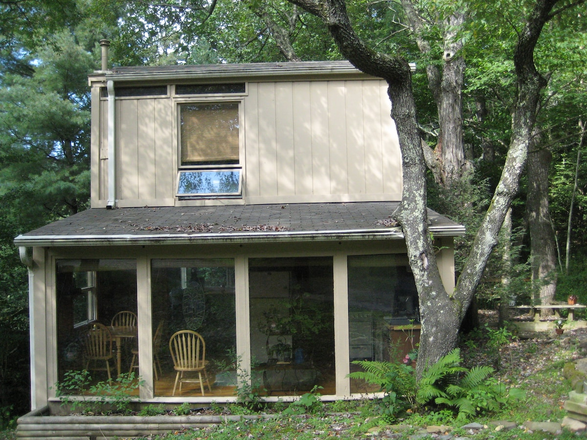 CONTEMPORARY CREEKFRONT COTTAGE