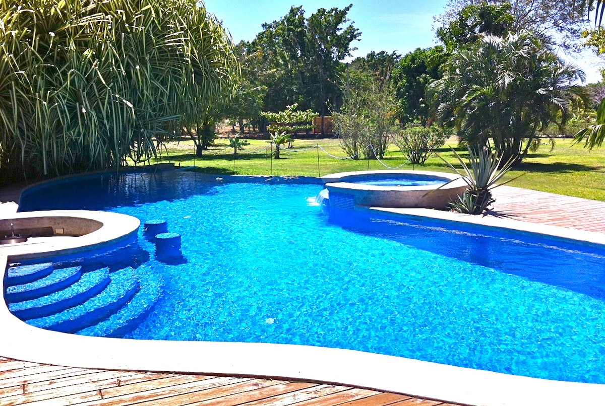 Huge pool with Jacuzzi ! Perfect to hang out with family, friends or your lover!