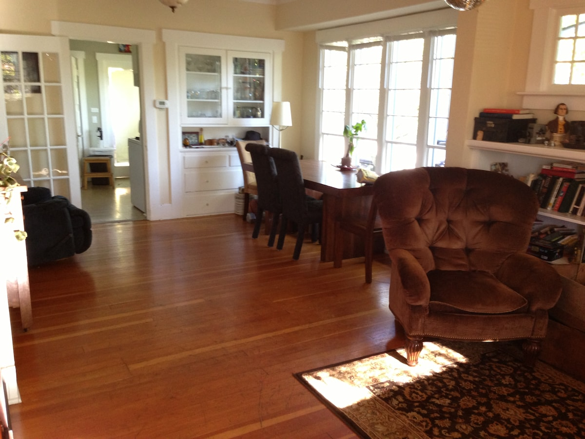 Quiet Greenlake house - large room