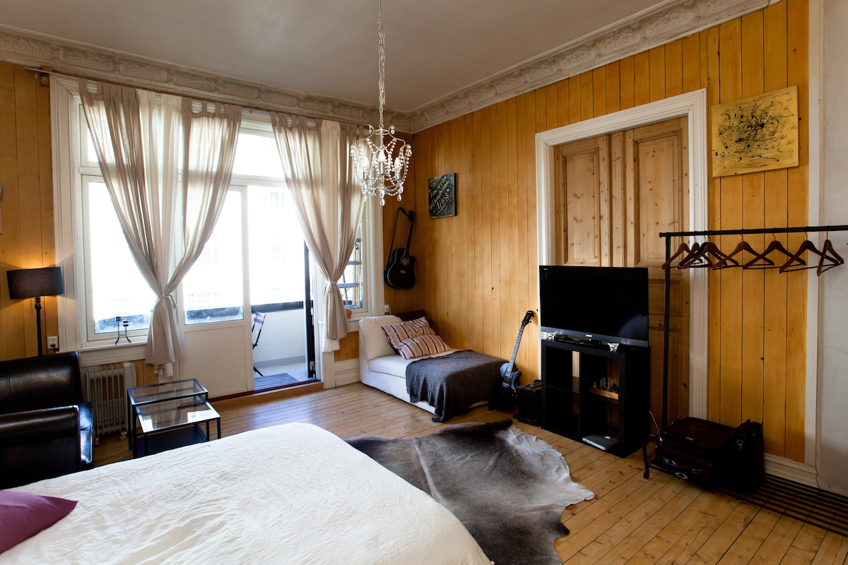 Beautiful large bedroom with a double bed (200x170), 2 sofas, flat screen tv and a balcony
