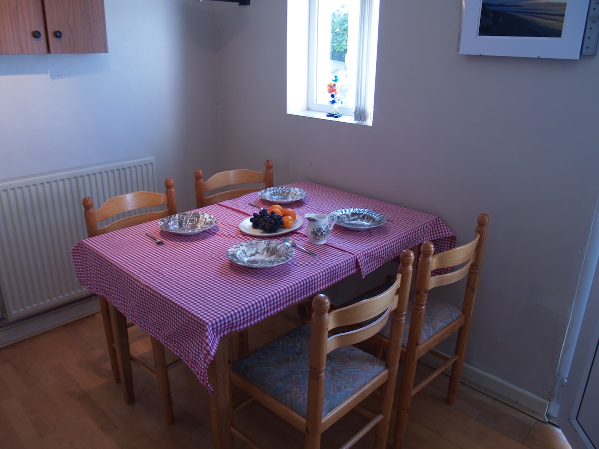 Extendable dining table to seat 4/6