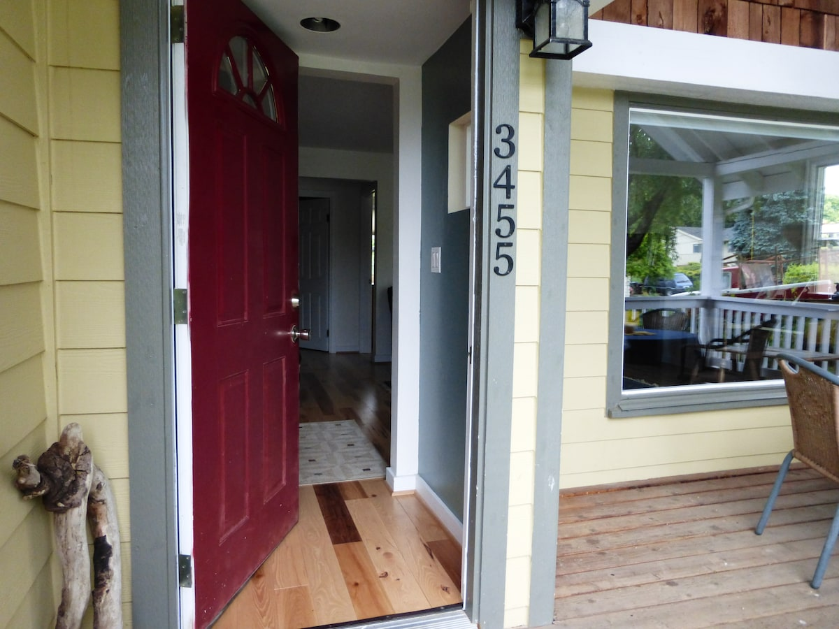 Bright Remodeled SE Home- Sleeps 5
