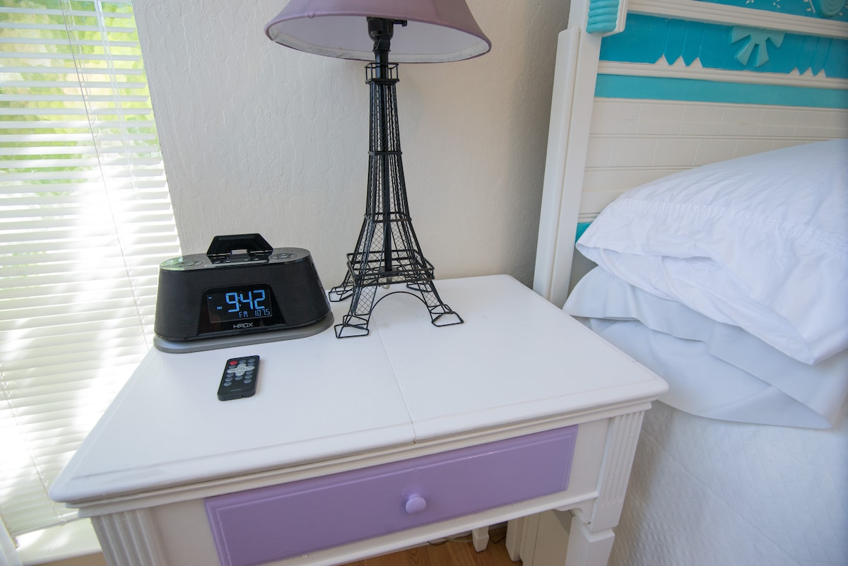 Docking station to charge Iphone, Ipad or Ipod