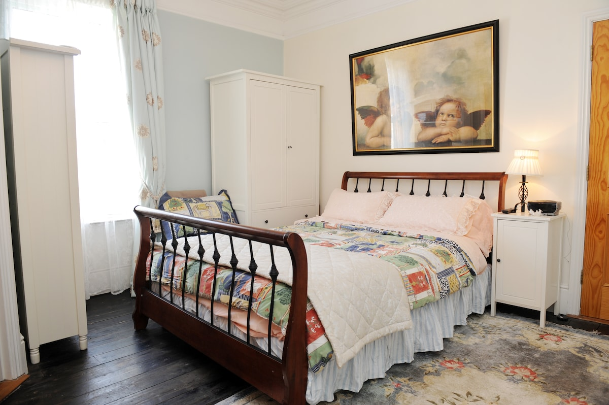 Guest bedroom, with kingsize bed and plenty of storage space