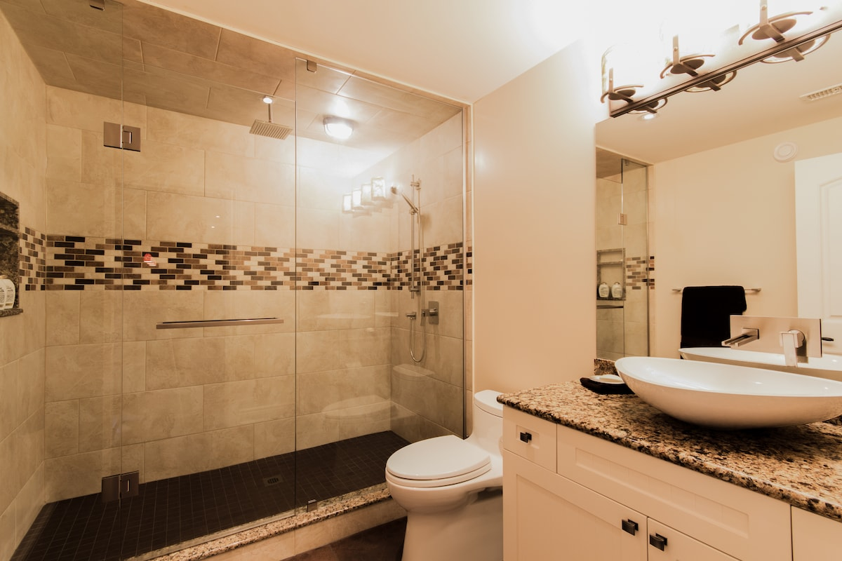 Private guest bathroom off bedrooms. Towels & toiletries supplied.