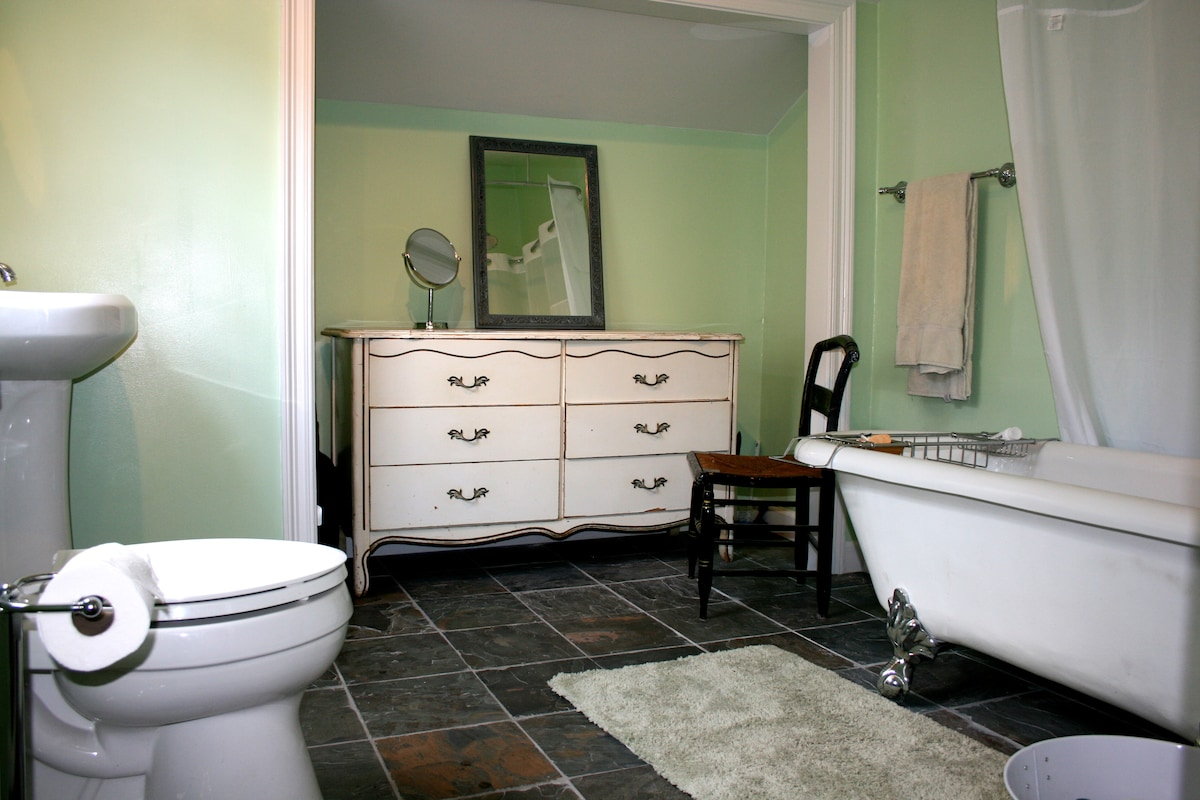 Amazing, peaceful, clean & newly renovated bathroom for your convenience.