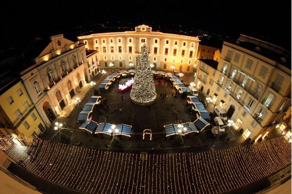 La piazza centrale addobata per le feste natalizie