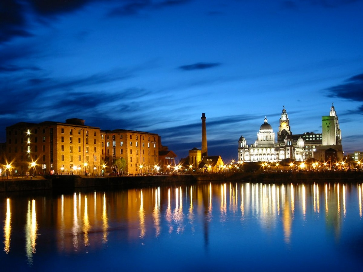 The Albert Dock is a 10 minute bus ride away. Home to several museums