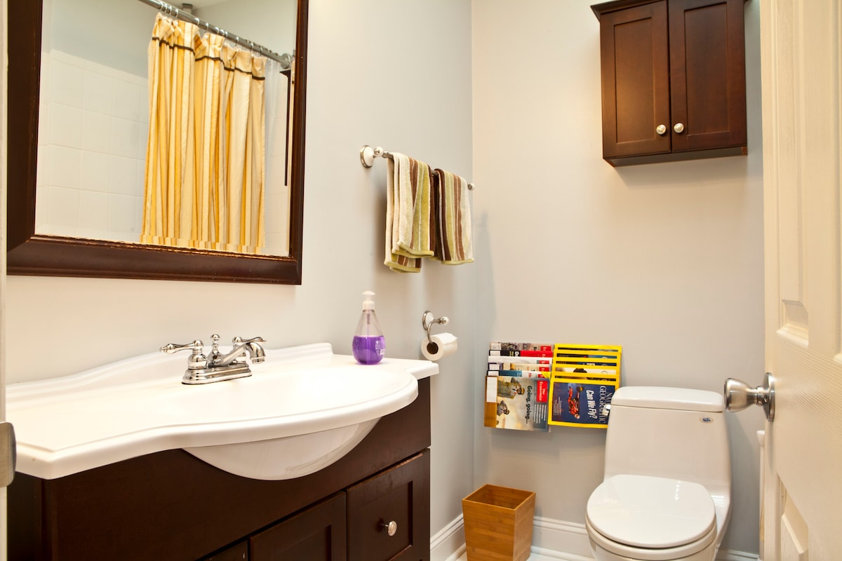 Second floor full bath. Shared with two other roommates. Fresh towels provided.