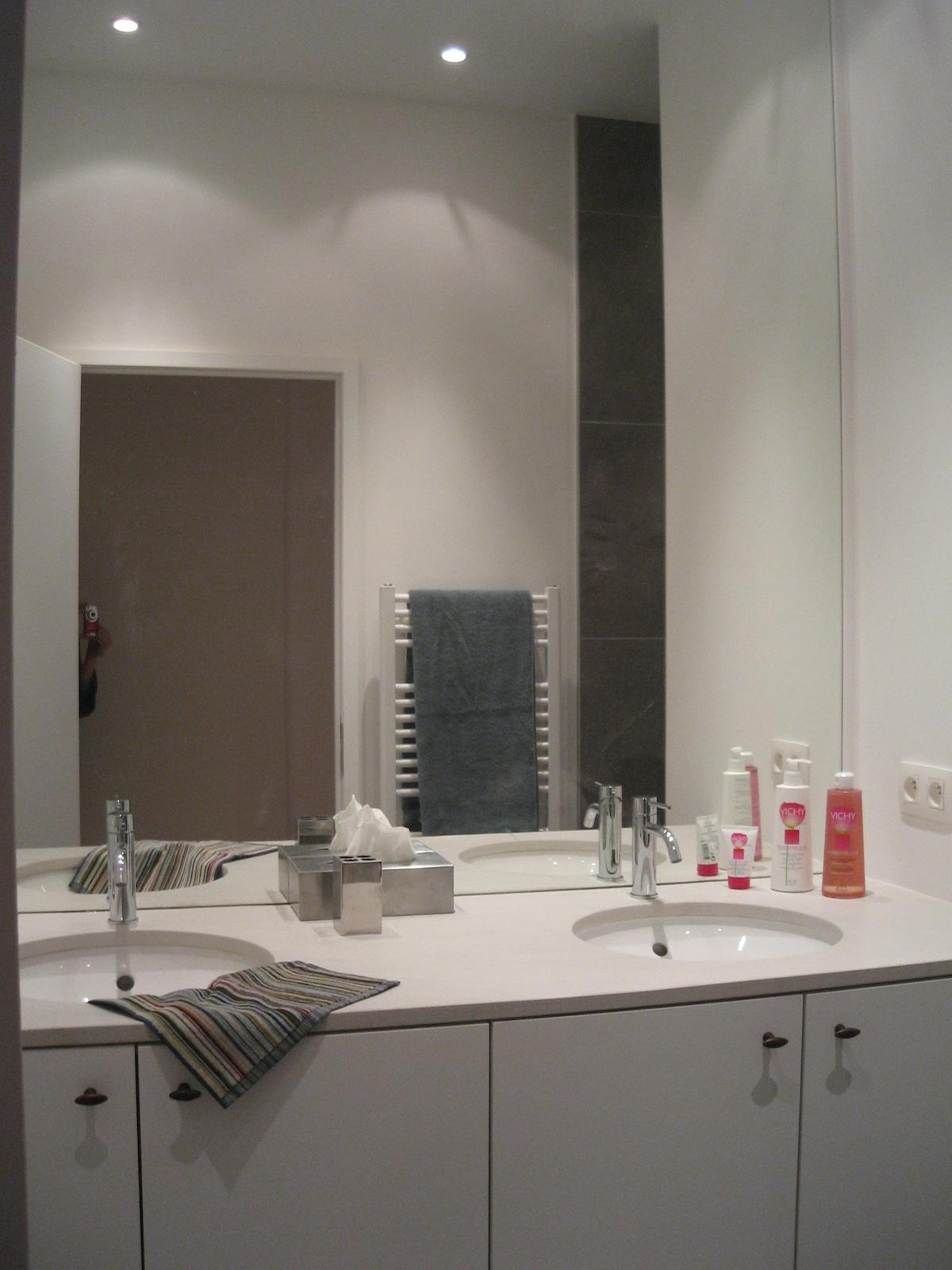 Badkamer met dubbele lavabo en inloop regendouche