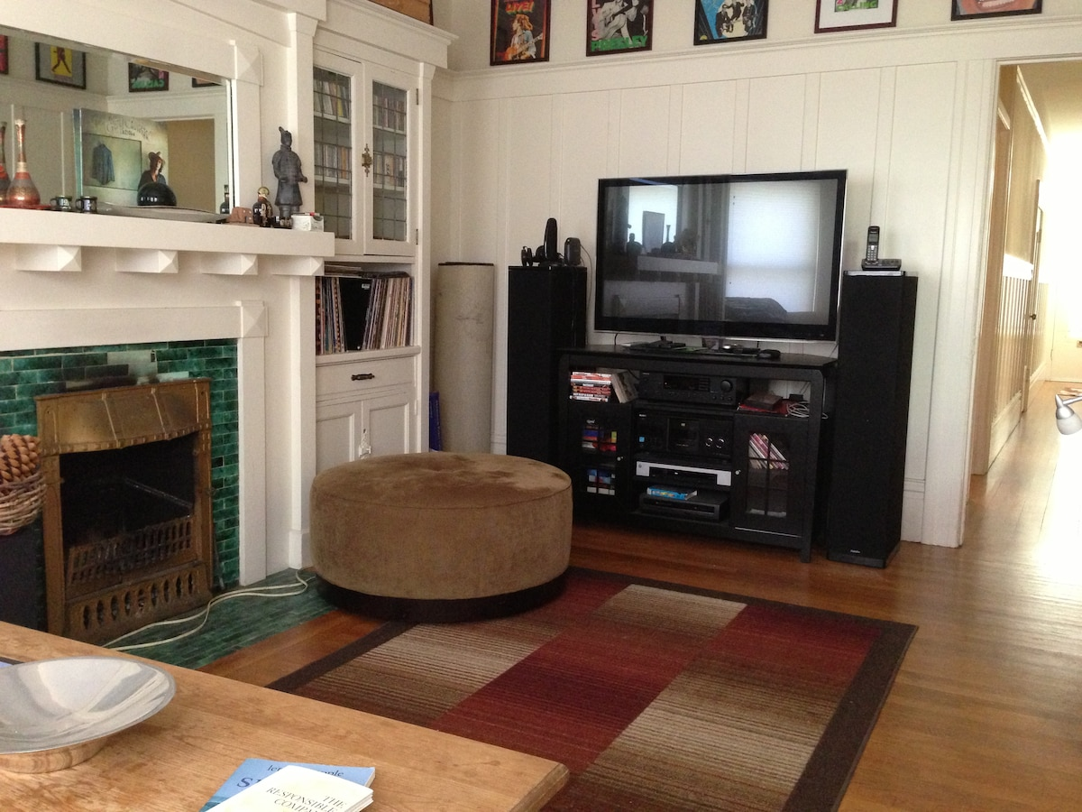 Living Room, big TV has cable