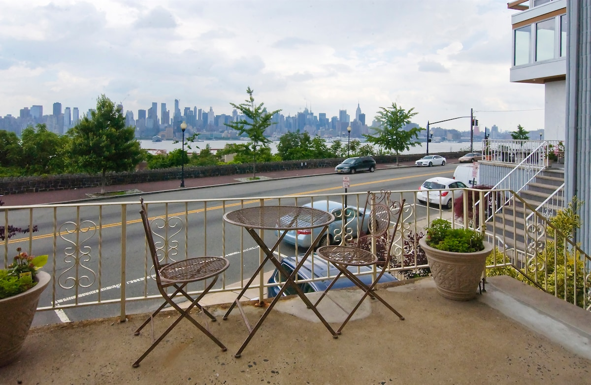 Direct NYC View Apt/ Day Spa OnSite