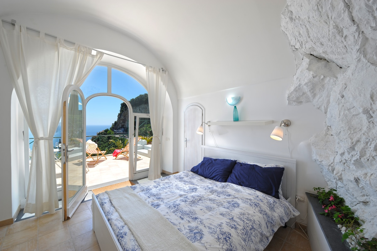 Bedroom with sea view and pool