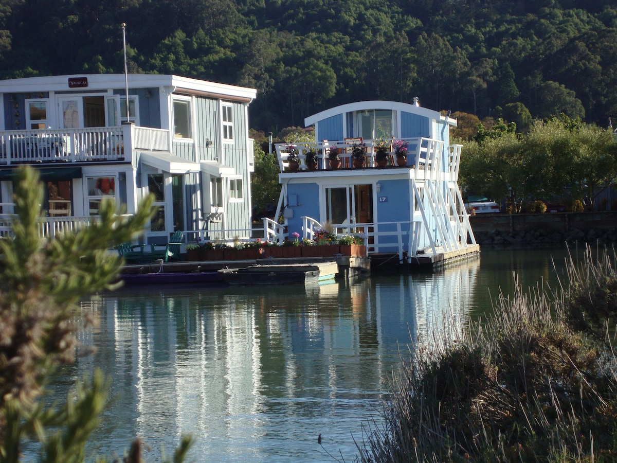 Floating Guest Cottage (houseboat)