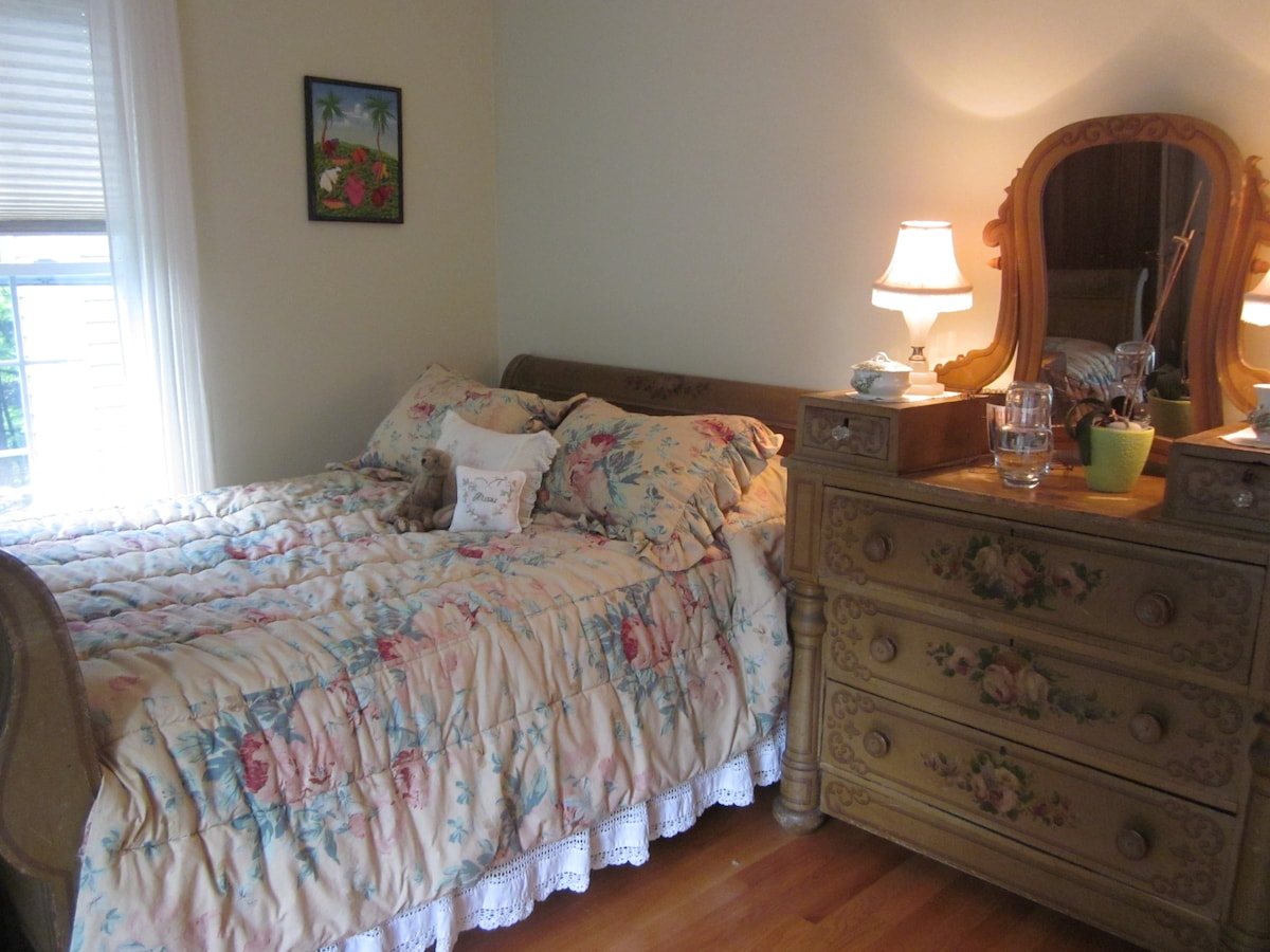 This is the bedroom in our other listing ( Shelburne Green Mountain Getaway ) Full Size Bed