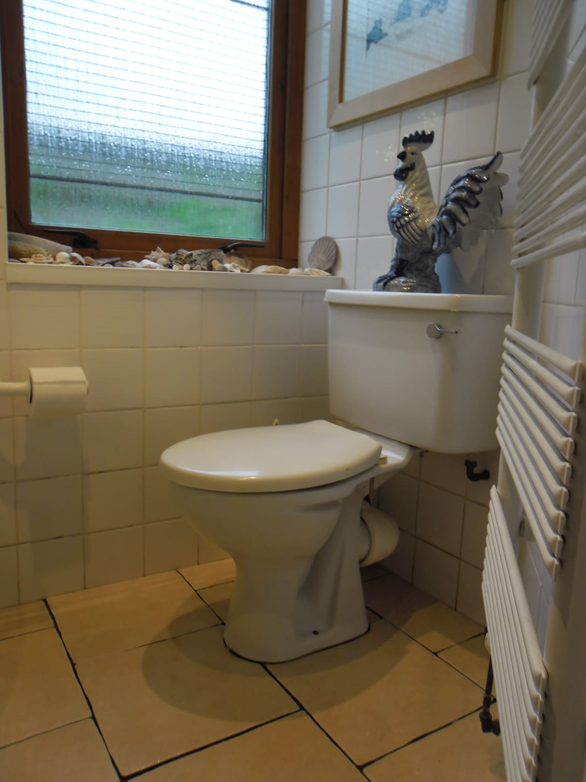 Compact bathroom with toilet, bath, washbasin and constant hot water