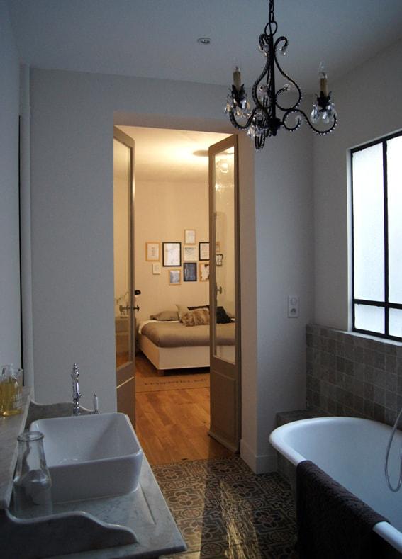 La grande salle de bain attenante à la chambre