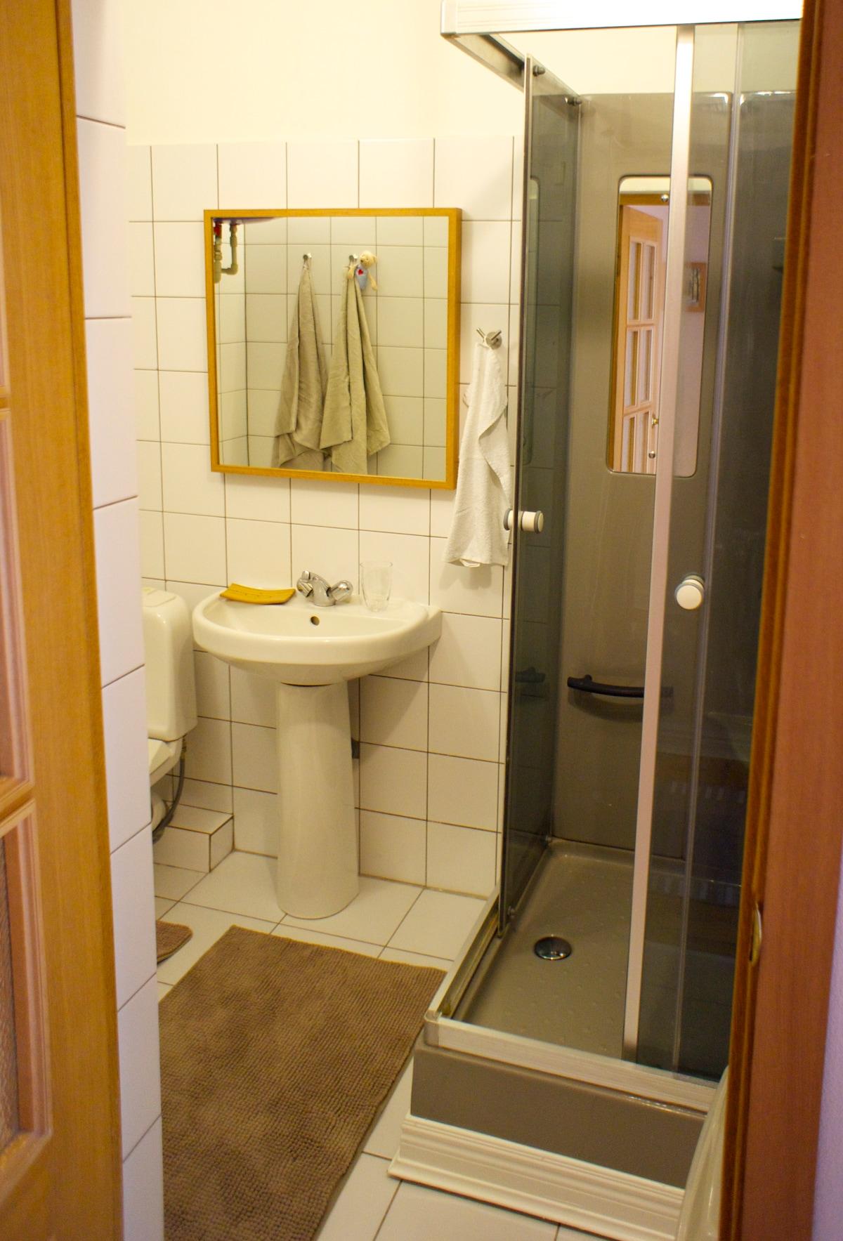 Ванная комната - светлые стены и очень мягкие коврики на полу, способствуют приятному пробуждению утром.