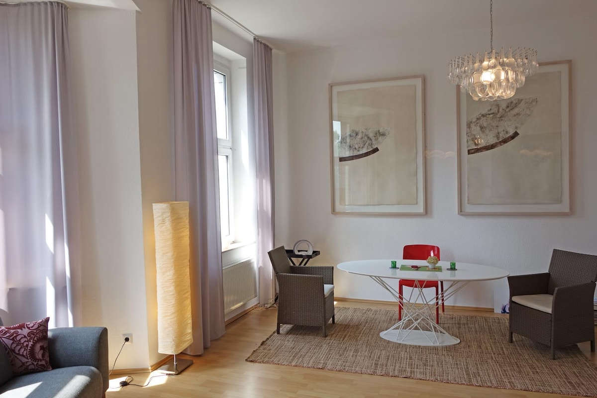 Riesiges Zimmer mit Esstisch / Very big room with dining table
