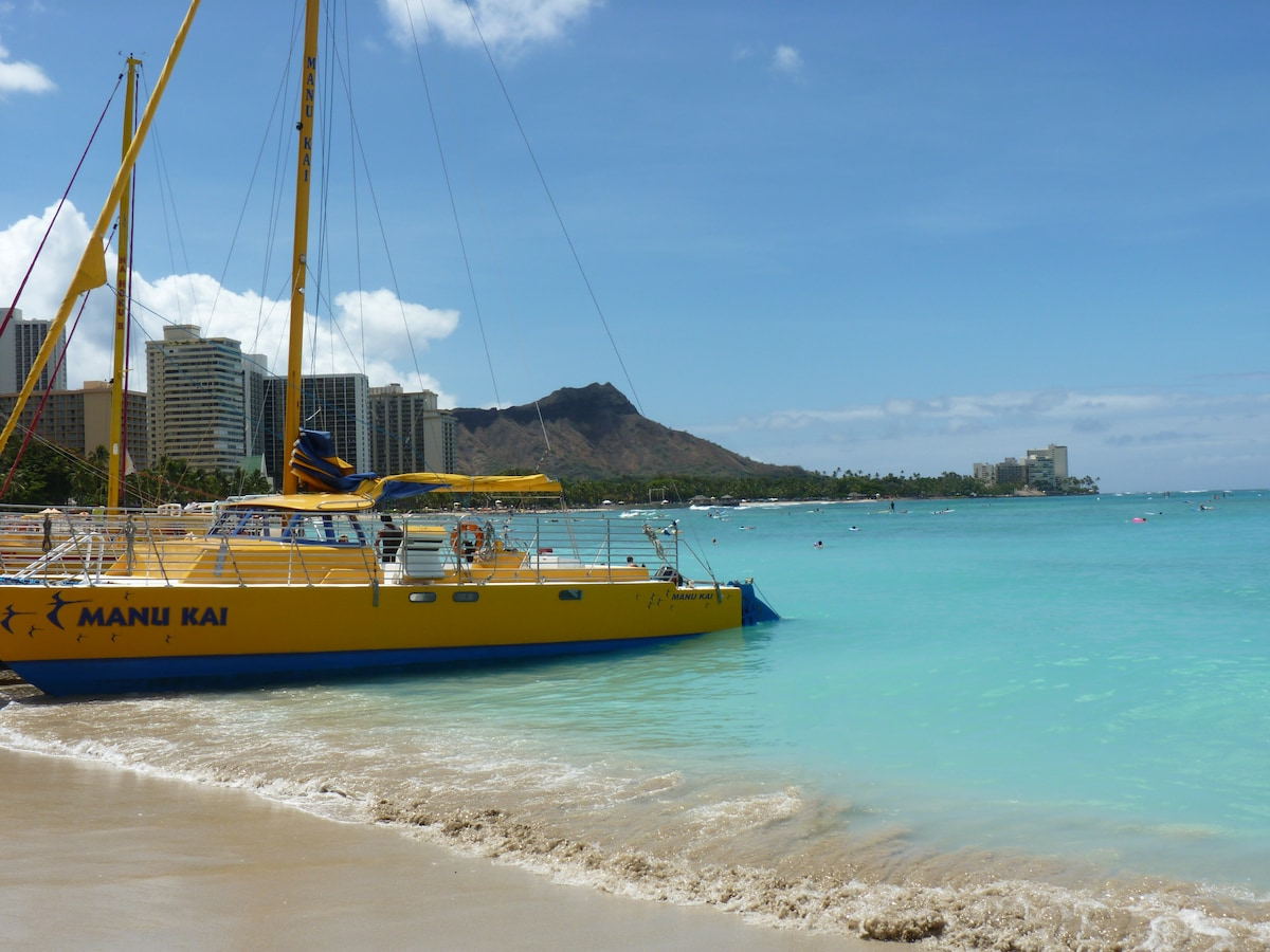 Minutes to the sand and ocean, Diamond Head in the background