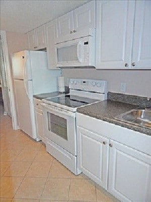 Fully equipped kitchen.  Coffee maker, toaster, cookware, blender, spice rack.