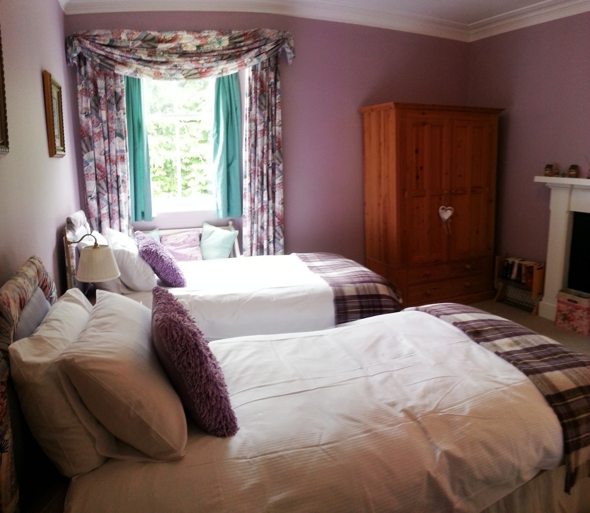 The Bona room is a twin bedded room with ensuite shower room.