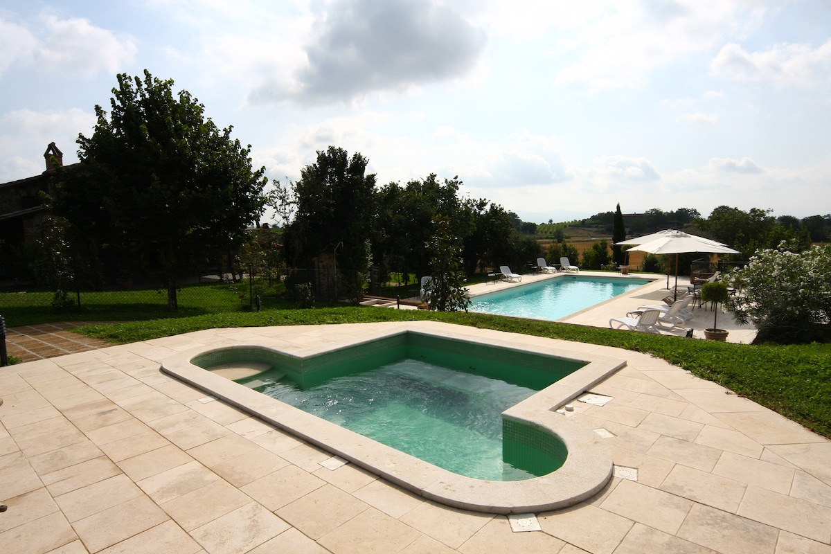 Piscina e idromassaggio; pool and jacuzzi
