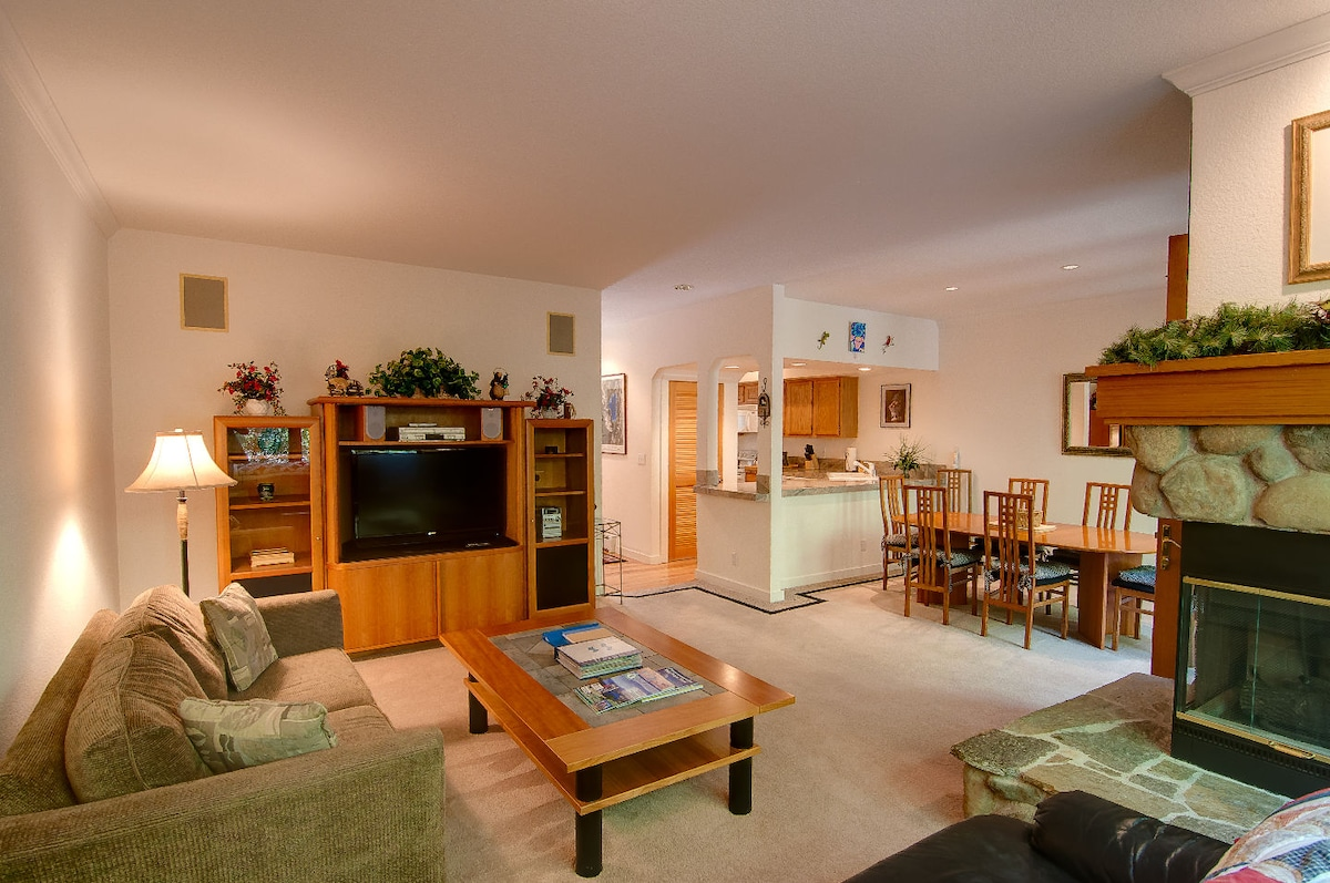 Spacious Family Room with Flat Screen TV and WIFI