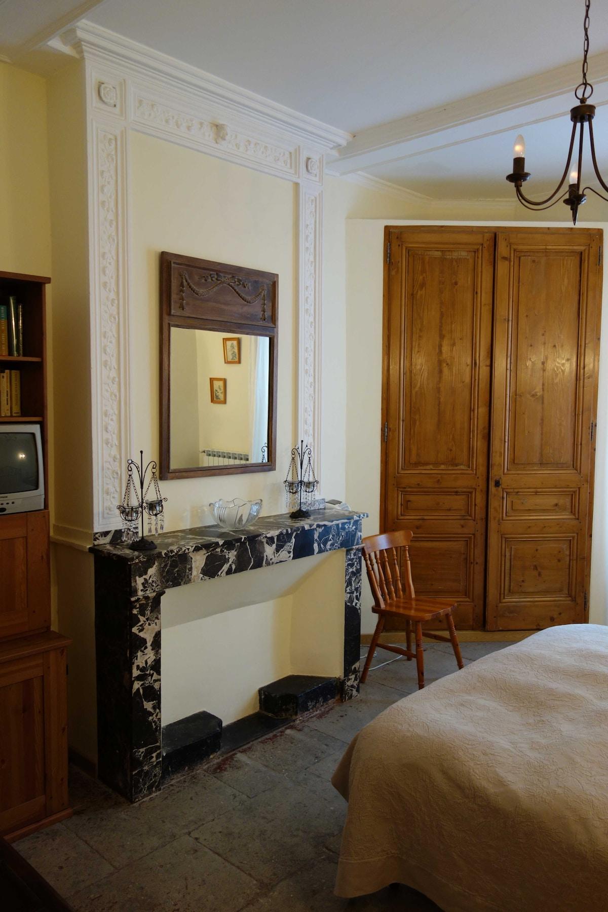 Une grande chambre, aménagée avec amour pour le détail.