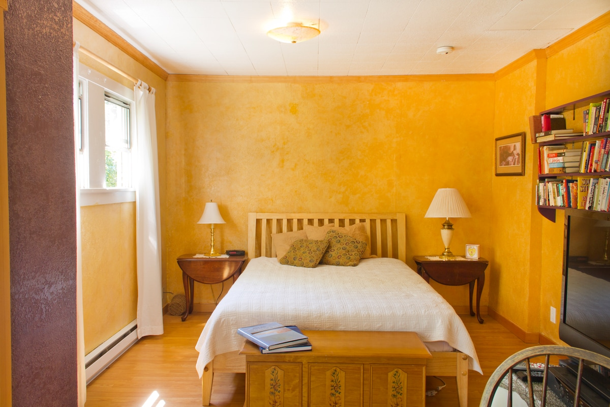 The main bedroom. Great queen size bed, reading lamps, excellent morning light.