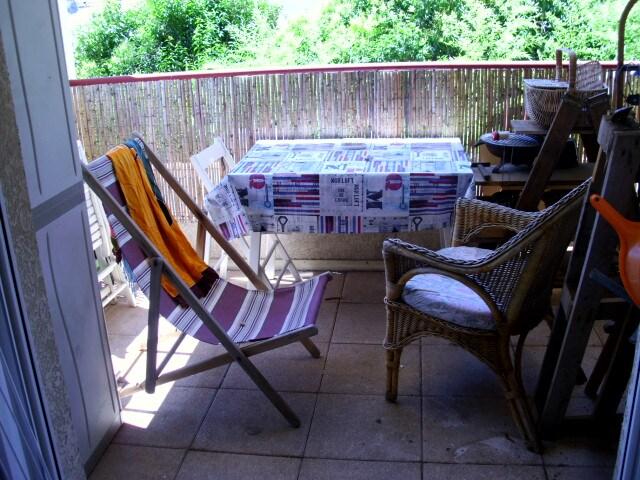 petite terasse ,ou grand balcon  au choix  petit dej , bonzage , apero ,lecture.....